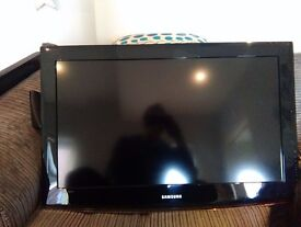 Samsung 32 inch LCD TV Excellent condition with stand and wall bracket