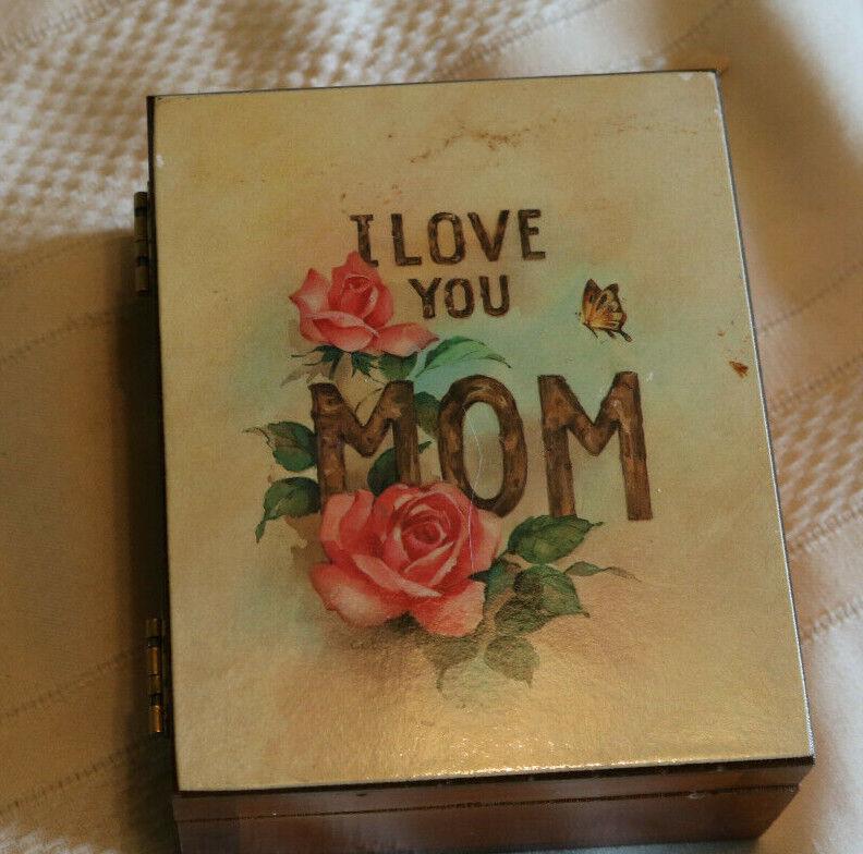 "Great Vintage ""I Love You Mom"" Cedar Box from Kelley's Island, Ohio, 1950s"