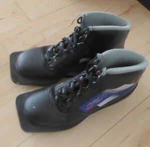 3-pin binding cross-country ski boots kids size 2 good condition