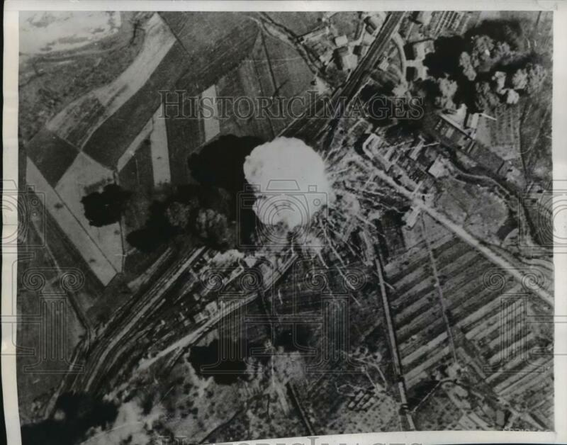 1944 Press Photo WWII aerial view bombing of Orvieto Railroad Yard near Rome