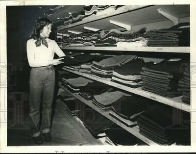 1978 Press Photo Syracuse-A young lady admires clothes at the Penn Can (Syracuse Malls)