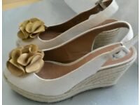 Gorgeous CLARKS Canvas Wedge Summer Sandals With Suede Flowers Size 5-Lightly Worn Once