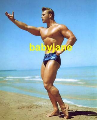 006 VIC SEIPKE FAMED PHYSIQUE MODEL BODYBUILDER IN POSING BRIEFS OUTDOORS PHOTO