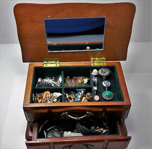 9 JEWELRY BOXES WITH CONTENTS(PRICES VARY)