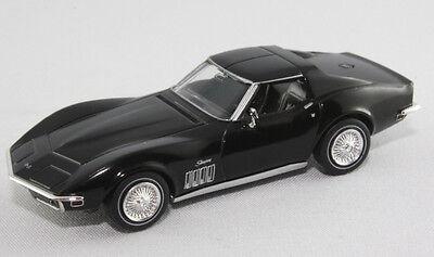 Rasant im Coke-Bottle-Design, die Corvette C 3 von Welly