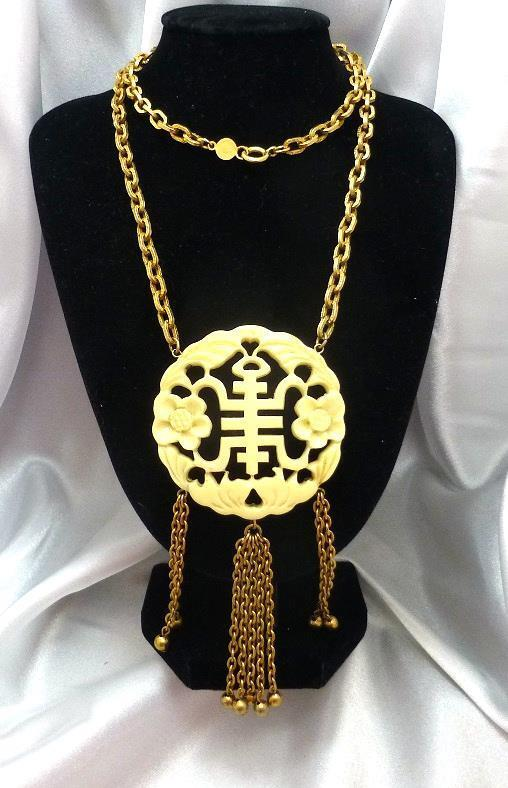 Fabulous Vintage ACCESSOCRAFT Asian Style Carved Lucite Pendant Necklace