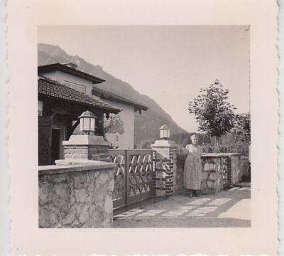 (F21884) Orig. Foto Bad Reichenhall, Frau an einem Haus 1938