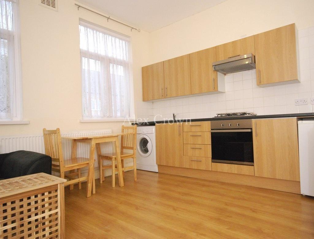 1 bedroom flat in Ewart Grove, Wood Green