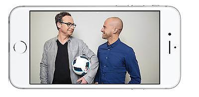 Das ARD-Duo Matthias Opdenhövel und Mehmet Scholl auch unterwegs am Smartphone erleben. Foto: ARD/Apple