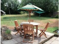 WOODEN GATE LEG ROUND GARDEN TABLE WITH FOUR WOODEN CHAIRS AND UMBRELLA