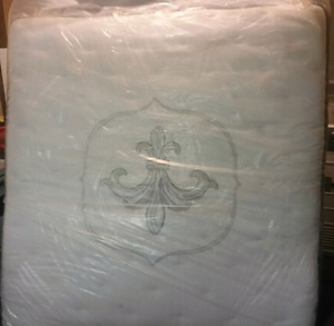 Sterns and foster king size mattress and box springs mint shape
