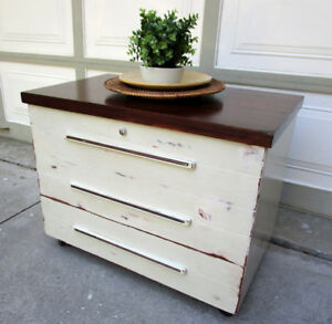 VINTAGE EATONIA SHABBY CHIC CEDAR CHEST/TABLE