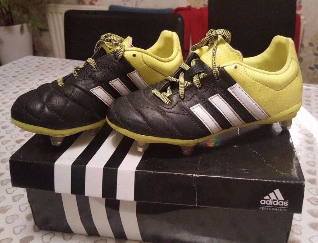Boys Size 13 (UK) Adidas Football Boots with Studs / Studded Very Good Condition