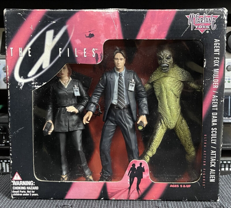 THE X FILES : Agent Fox Mulder/ Agent Dana Scully/ Attack Alien Action Figure