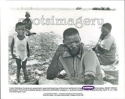 1988 Tueolo Seklabue & Family Head Bushman Botswana Africa Press Photo