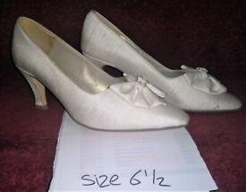 VINTAGE - Ivory raw silk wedding shoes. – size 6 ½ - £2