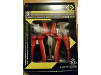 Box containing 3 RedlineVDE TM pliers - 431002 180mm Combination pliers, Combic