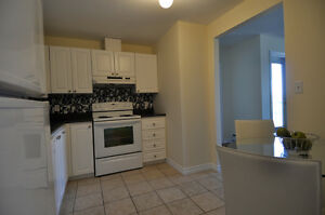 Beautiful,  2 bdr+den & in-suite laundry for August!