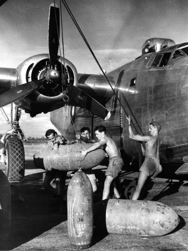 WW2  Photo Australian Force B-24 Bombs Australia WWII World War Two RAAF ANZAC