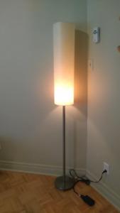 Lampe tubulaire sur pied et lampe de table.