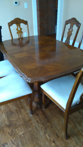 Dining Room Table and Chairs - Excellent used condition
