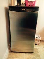 Mini frigo Danby super bon état 75$
