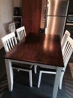 Table et 4 chaises blanc et brun