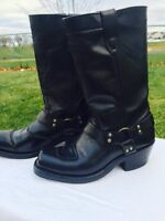 Woman's leather motorcycle boots. / Bottes pour femmes