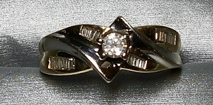 14ct gold ring with round setting and buagettes