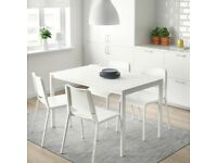 White table with 4 chairs! Amazing, almost new!
