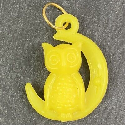 VINTAGE OWL CRESCENT MOON CHARM NECKLACE PENDANT EARLY PLASTIC YELLOW HALLOWEEN
