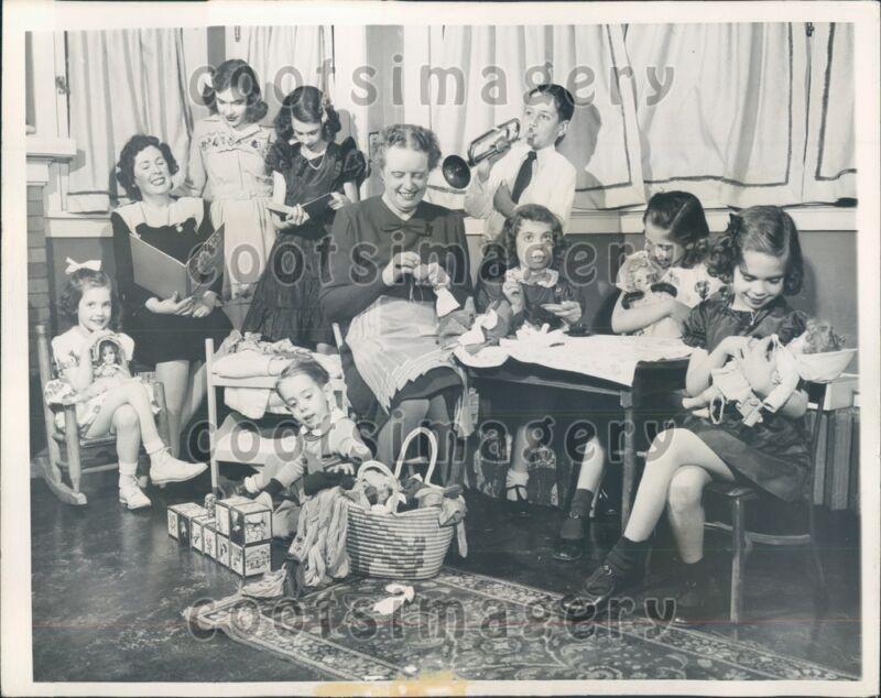 1944 IL Representative Bernice Van Der Vries Darns Socks Budingers Press Photo