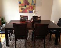 A beautiful dinning table for sale