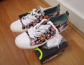 Flowery casual light women trainers, new, size 40 (UK 7), Jones