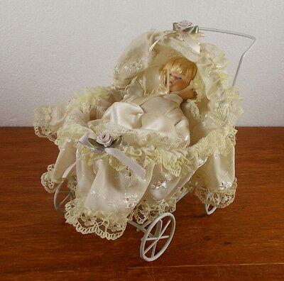 kleine Porzellankopf Puppe im alten Metall Puppenwagen mit Rose, ca. 16 x 15 cm