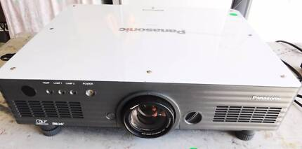 Projector Panasonic PT-D5700 done 629 hrs