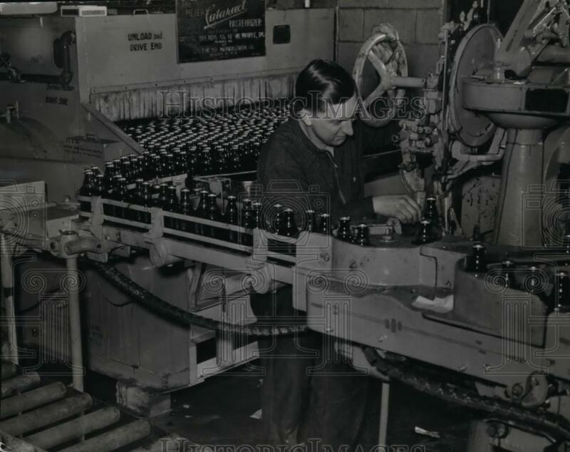 1940 Press Photo Brewery combination pasteurizer & labeler by George Meyer Co.