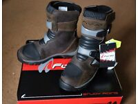 FORMA ADVENTURE LOW BOOTS SIZE 6
