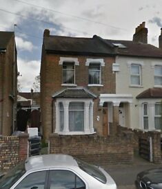 Large Spacious Room - ideal location in Hounslow