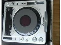 Pioneer, 2 x CDJ 800 MK2 decks and 1 xDJM 600 mixer for sale in good working order