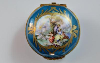 19C French Sevres Porcelain Round Trinket Dresser Box Hand Painted No Reserve