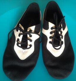 NEW: Kids child size 2 Sansha custom-made jazz dance shoes in black and cream with split sole, 21cm