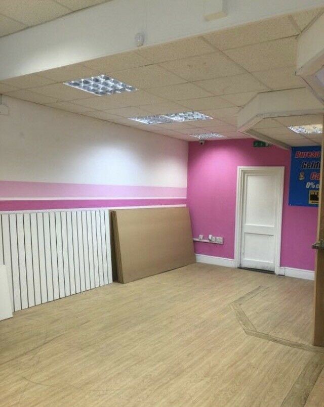 Unit to let in a busy retail shop on Queensway in Bayswater