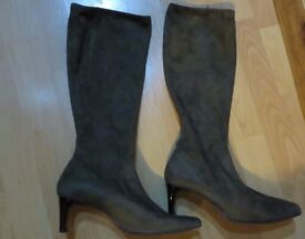 LADIES SIZE 5 SUEDE FEEL STRETCH BOOTS