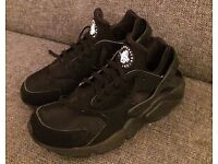 Nike Air Huarache sports shoes. Black. In excellent condition.