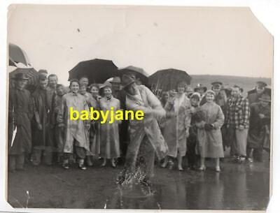 BOB HOPE ORIGINAL 8X10 PHOTO 1940's CANDID PLAYS GOLF IN THE RAIN W/ SPECTATORS
