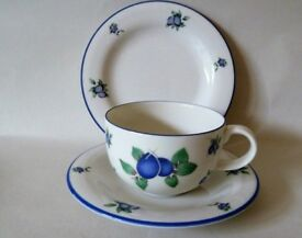 Royal Doulton Fine China, Blueberry design - 6 cups, 7 saucers and 5 plates in good condition