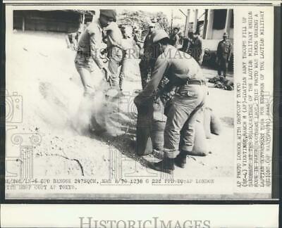 1970 Press Photo Loatian Army Troops Fill Sandbags at Pakse Headquarters