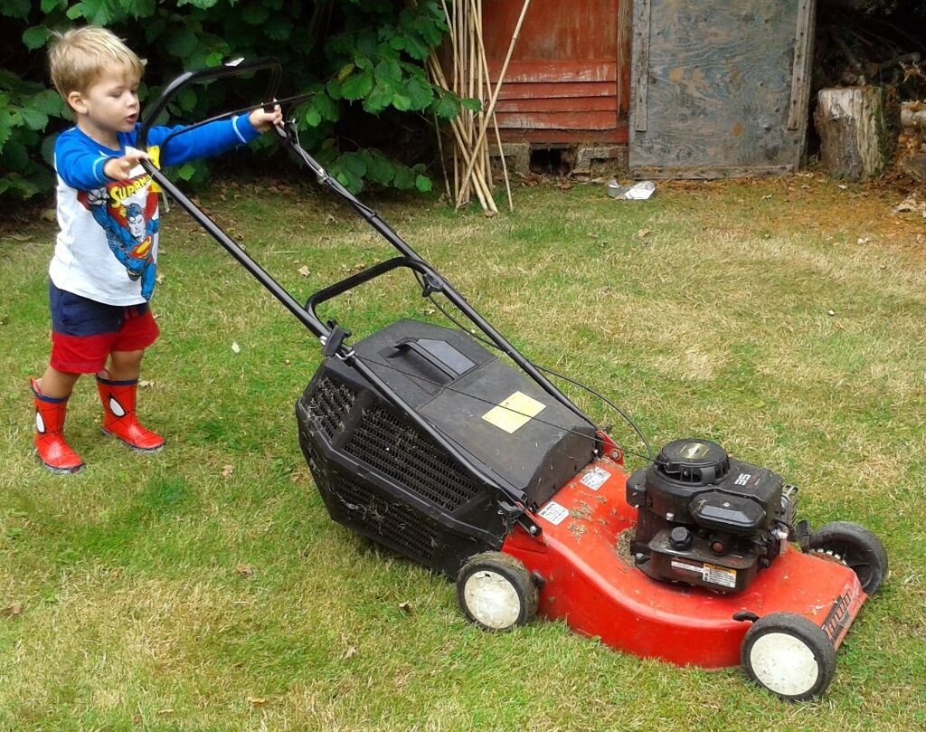 Lawnmower Petrol - Briggs & Stratton - 35 Classic (3 year old not included)