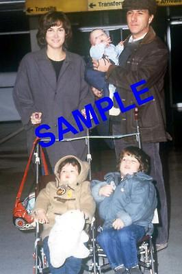 ORIGINAL PRESS TRANSPARENCY DUSTIN HOFFMAN & WIFE LISA CHILDREN JAKE, BECKY, MAX